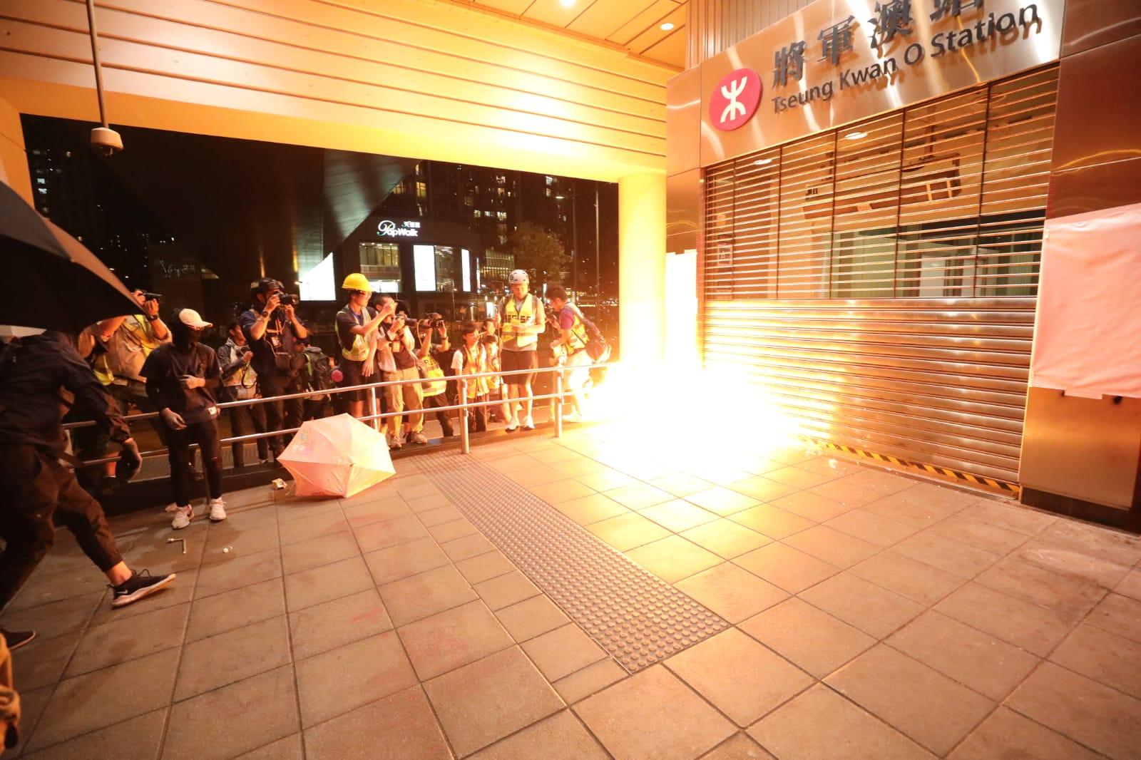 示威者放火燒將軍澳站出入口。