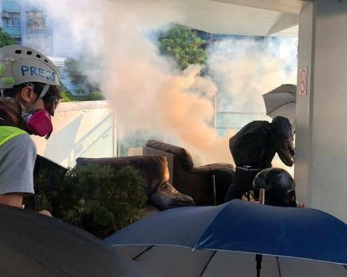 【大三罷】示威者城大磚頭設路障 防暴警發射多枚催淚彈