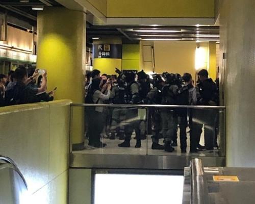 【大三罷】警調景嶺站月台截查戴口罩學生 乘客圍觀鼓譟