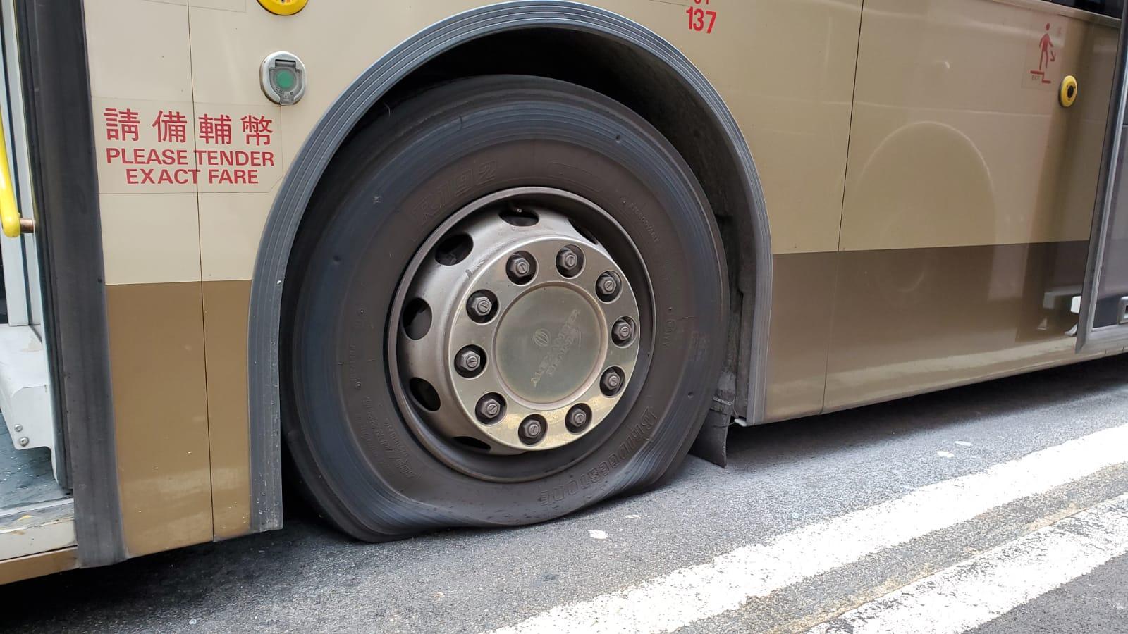 彌敦道有巴士被破壞放胎氣。