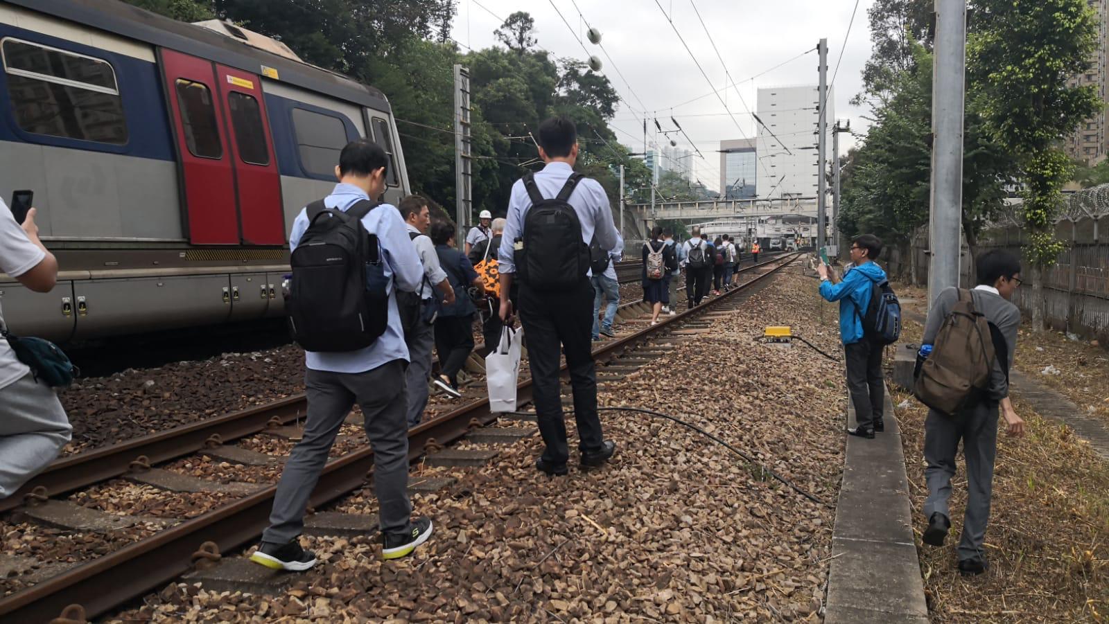 乘客沿路軌行至沙田站。港鐵提供