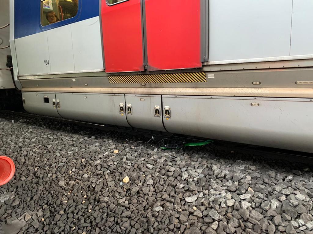 列車車底被外門卡著。港鐵提供