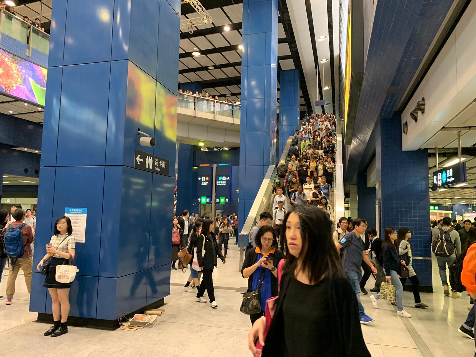 大圍站有大批乘客。