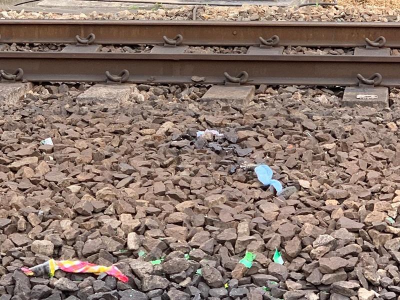 紅磡站對開路軌被投擲汽油彈。