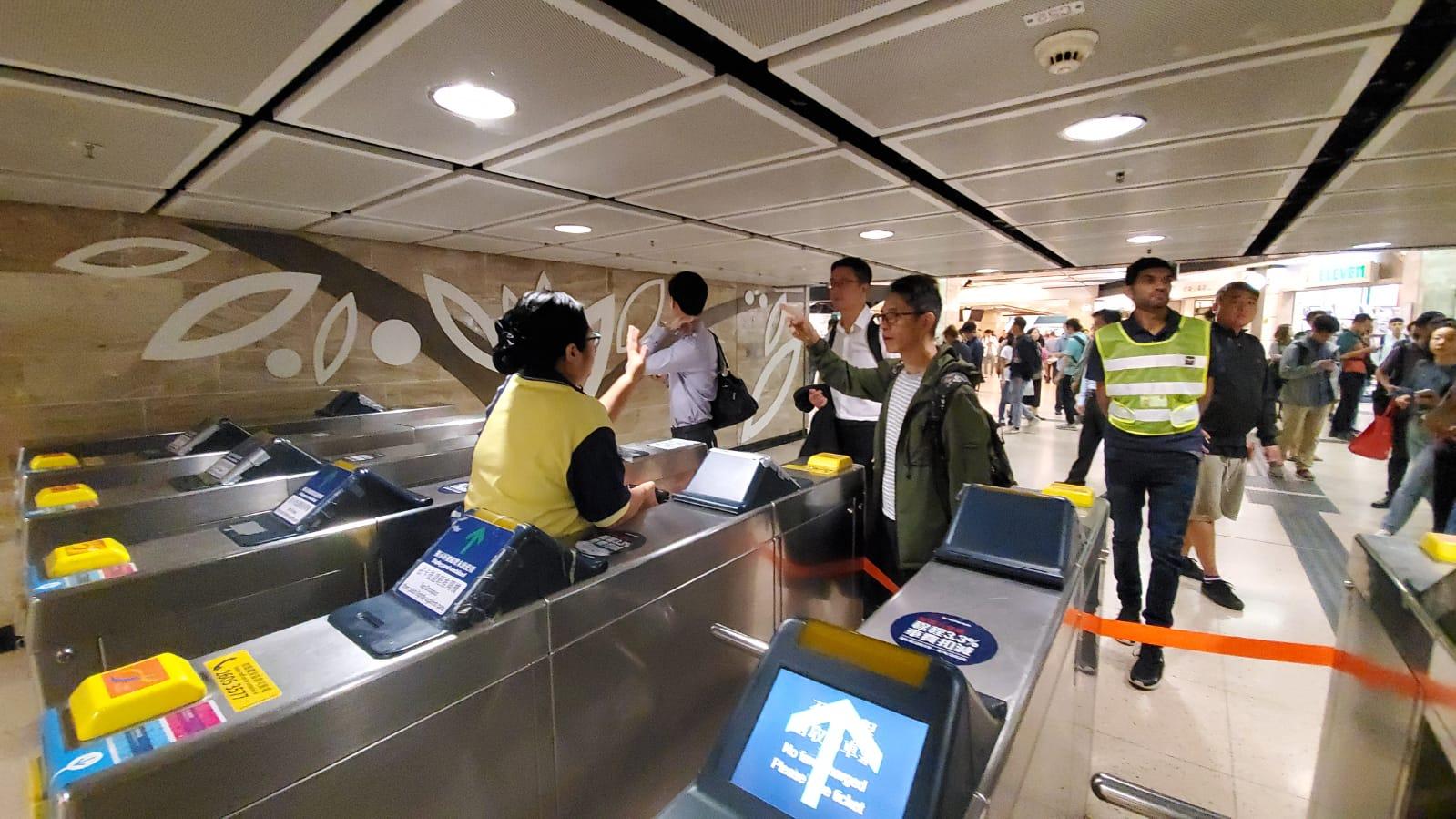 沙田站外巴士站排滿長長人龍。