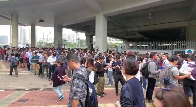 【大三罷】東鐵線列車被阻 乘客沿路軌行至沙田站
