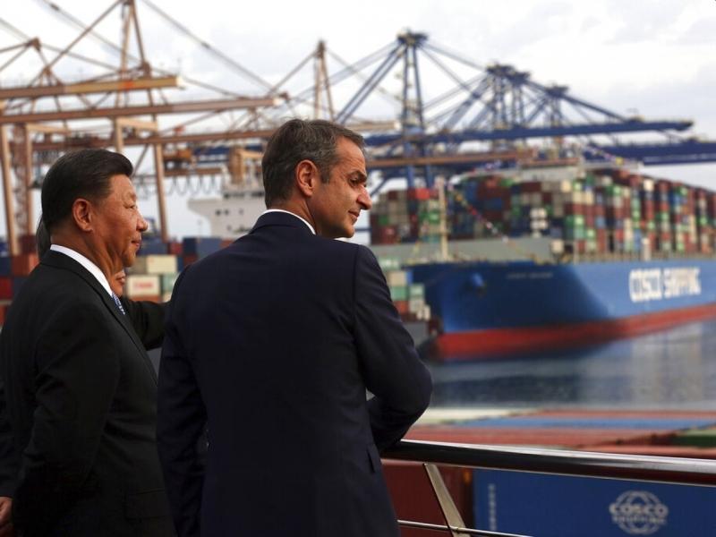 習近平和希臘總理參觀中資控股港口。AP