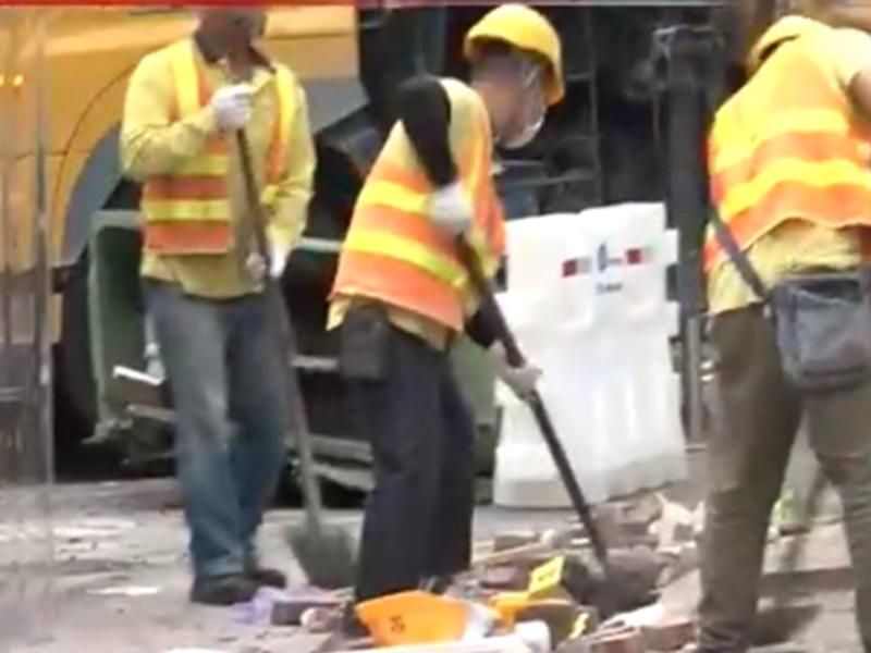 工人清理路障。港台圖片