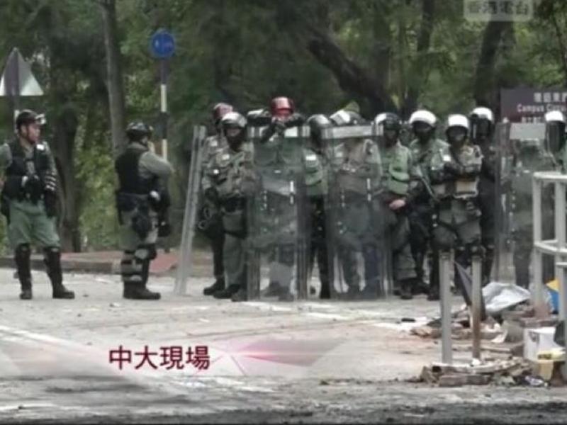警方舉黑旗。港台新聞圖片