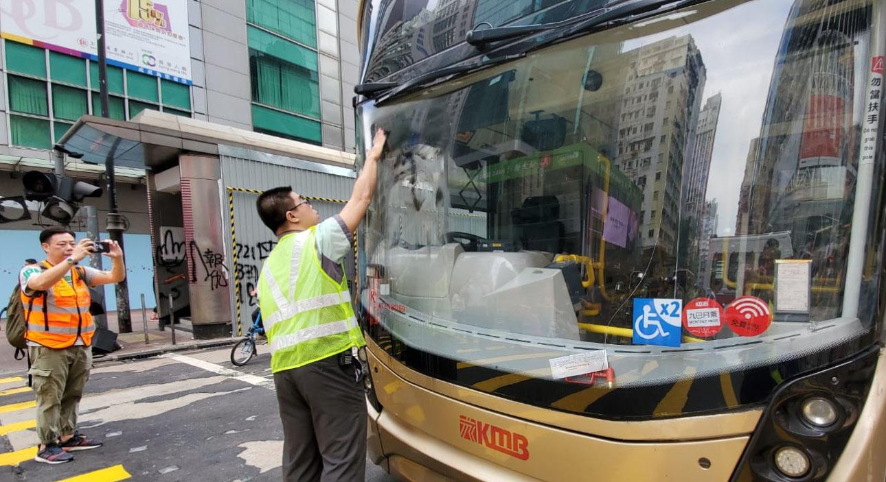 九巴工程人員為巴士更換車軚及清理油漬。