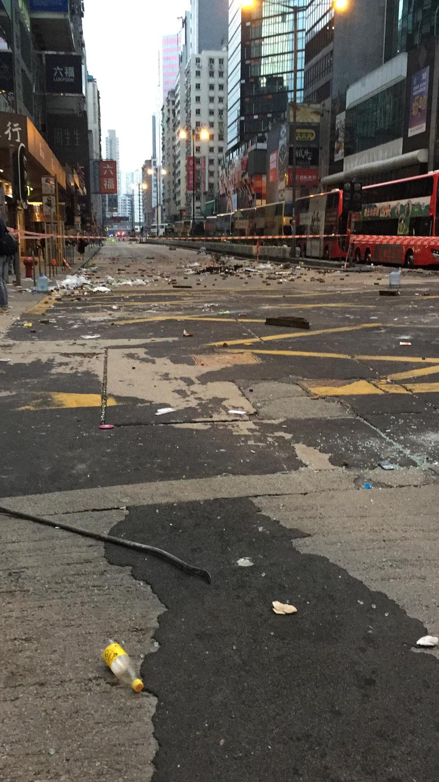旺角一帶路面仍留有大量雜物,有路段被膠帶圍起阻攔。