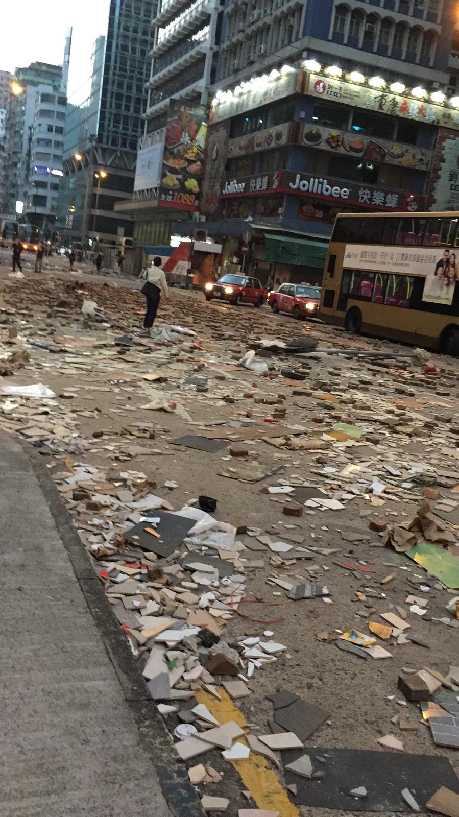 旺角一帶路面仍留有大量雜物。