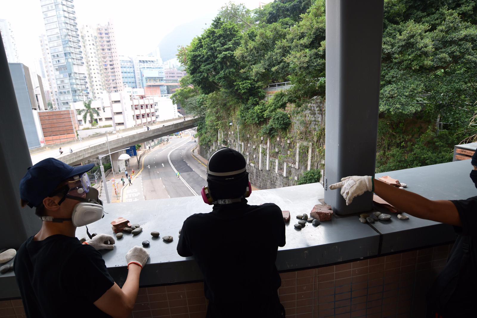 於港鐵香港大學站前往港大的天橋,有示威者高空投下椅子及雜物。