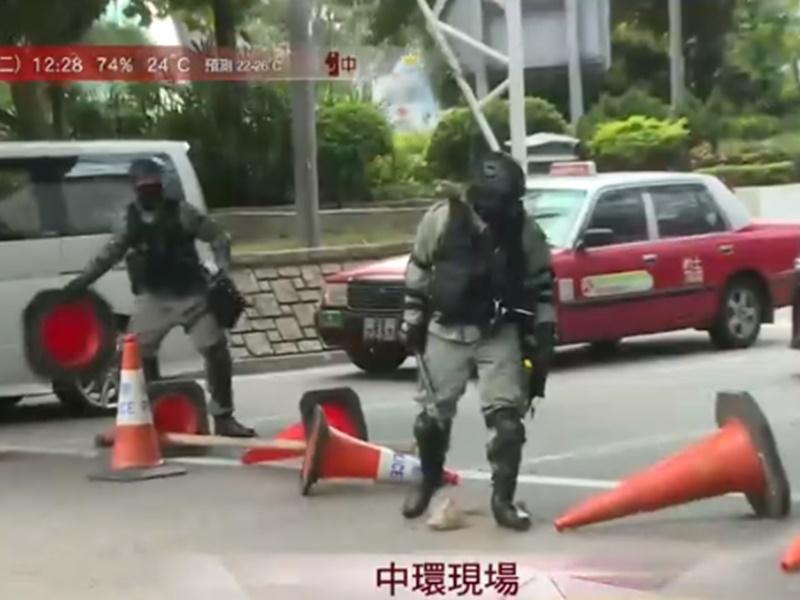 防暴警趕到清除路障。港台圖片