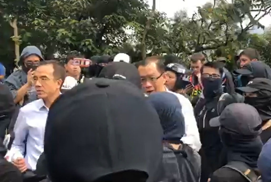 副校長吳基培到場與示威者溝通。 「中大校園電台」FB圖片