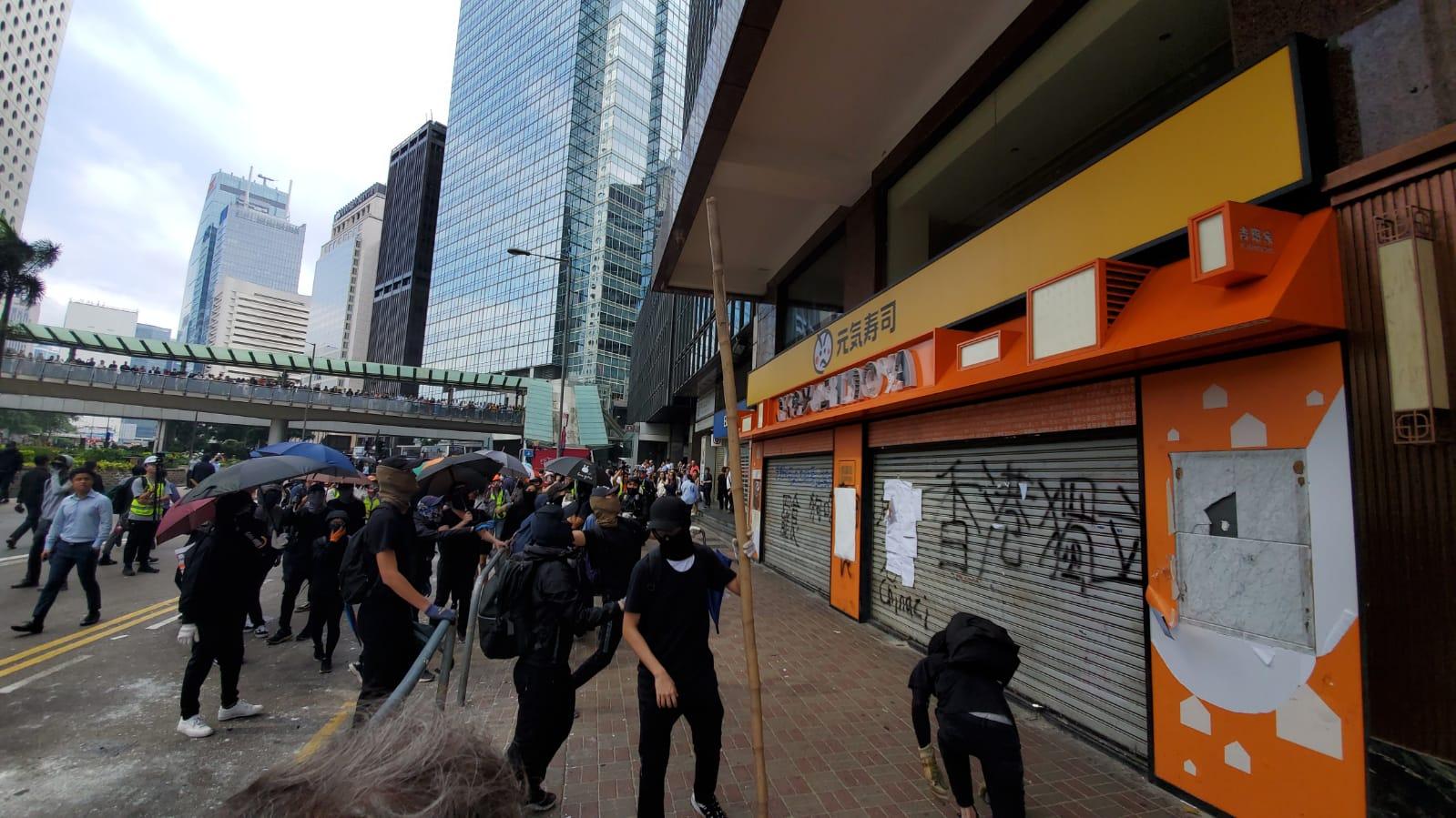 【大三罷】黑衣人中環堵路破壞「元氣壽司」 警一度舉橙旗警告