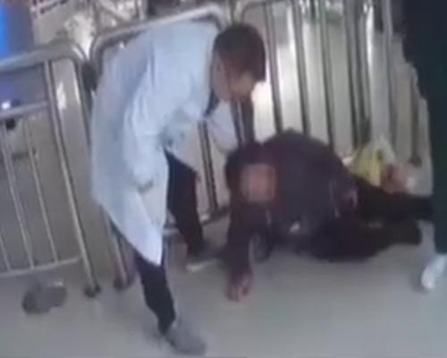 湖南女帶酒乘火車被攔下 當場喝乾醉倒在地