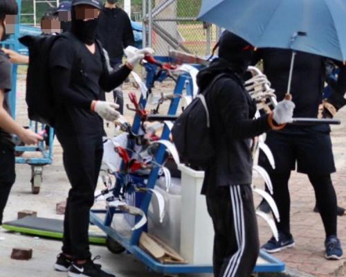 【大三罷】黑衣人持弓箭標槍與警對峙 中大:有人擅闖運動場器材倉庫