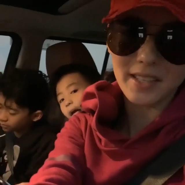 張栢芝經常駕車接載兒子四圍去。