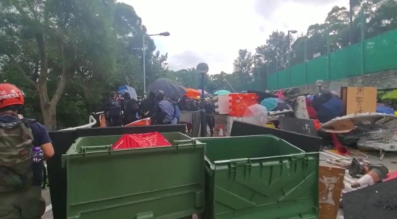 示威學生放置大量磚頭及垃圾桶。