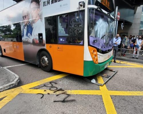 【大三罷】中環示威者堵干諾道中 巴士被噴漆及破壞玻璃