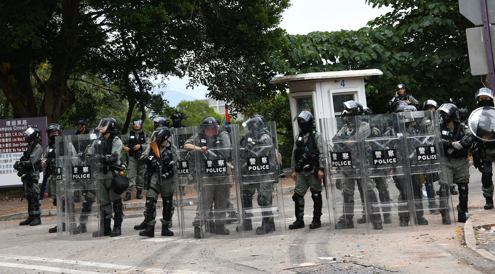 防暴警察發射催淚彈。
