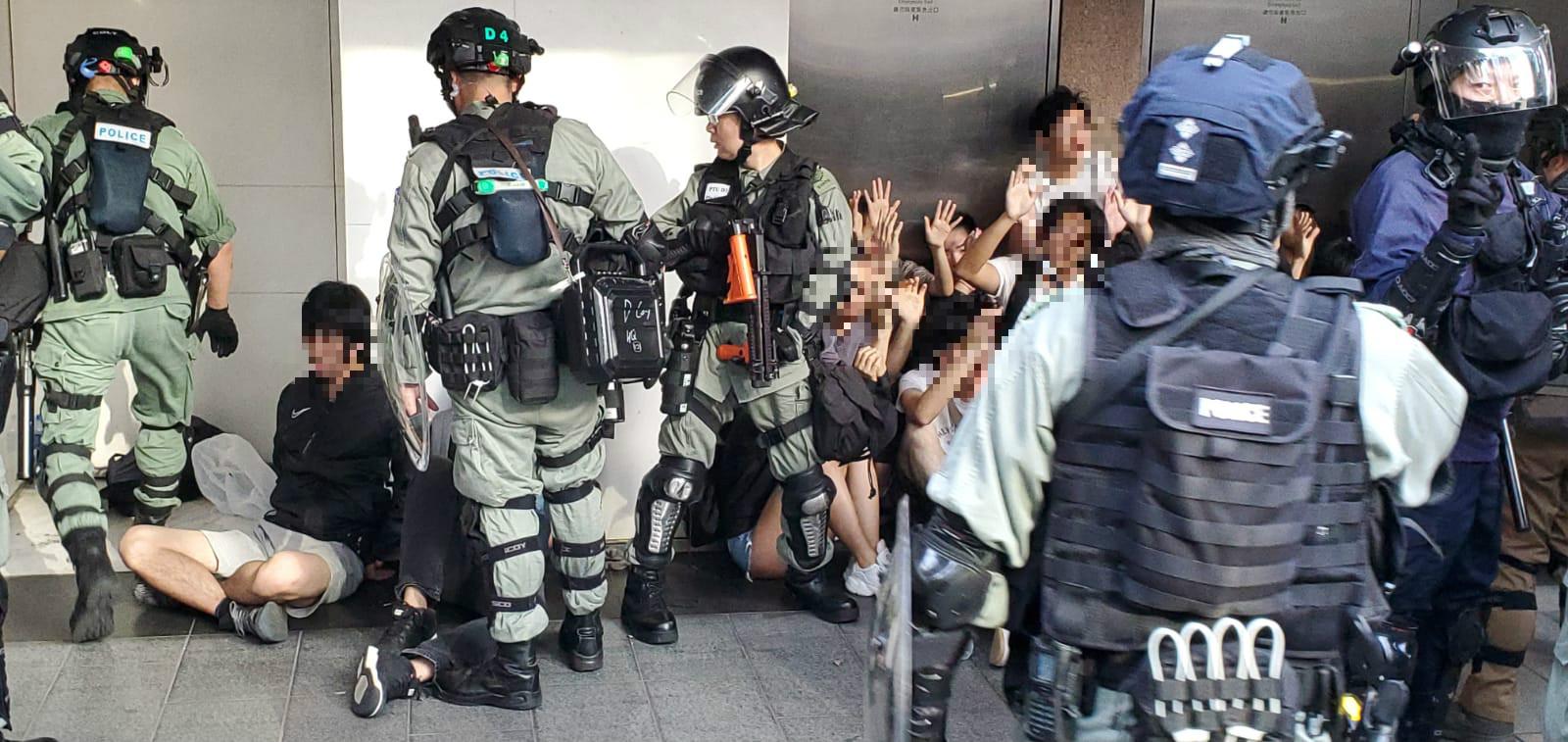 警察制服多名示威者。