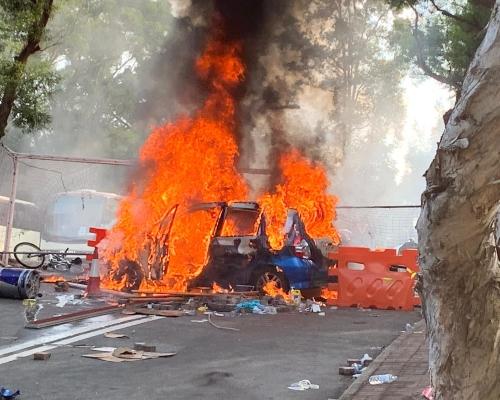【大三罷】警方衝入中大制服最少5名示威者 私家車陷火海