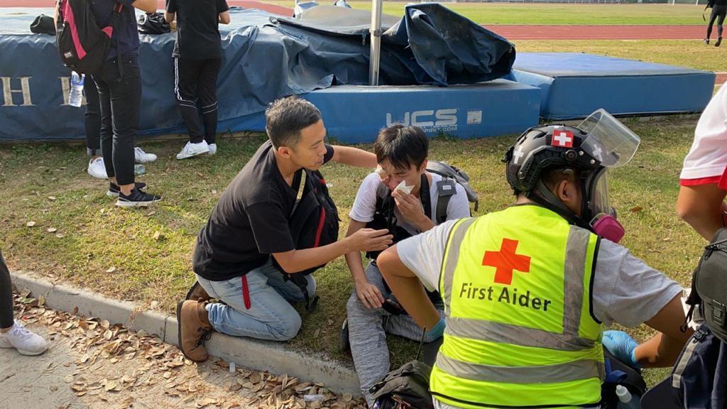 一名男記者受傷。