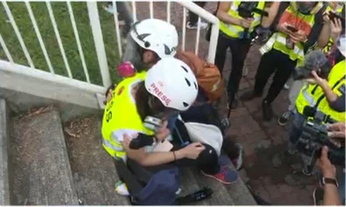一名女記者受傷。NOW新聞截圖