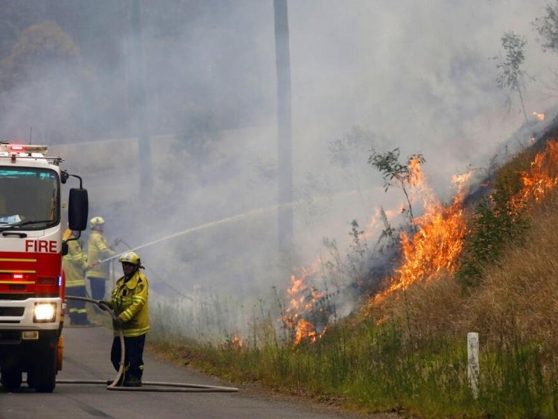 澳洲山火仍然正在焚燒,消防員努力撲救。AP