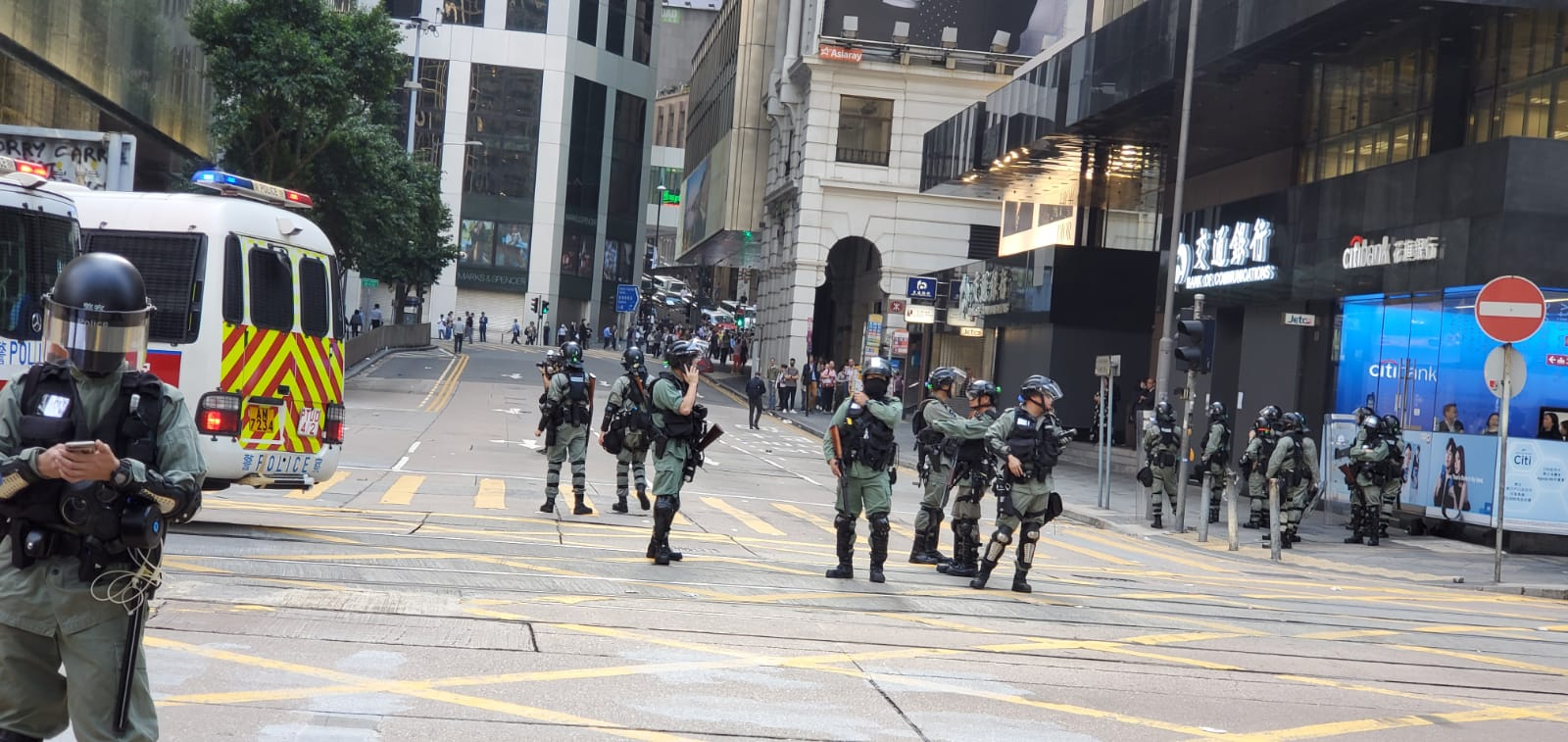 防暴警察在德輔道中戒備