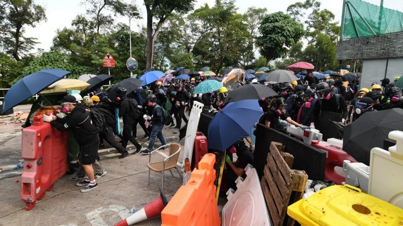 示威學生堵路。