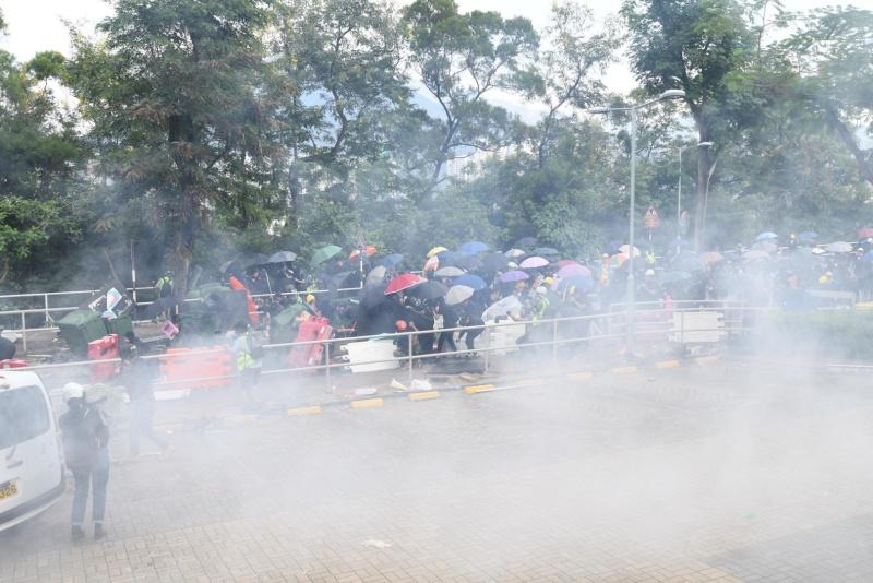 警方施放催淚煙。