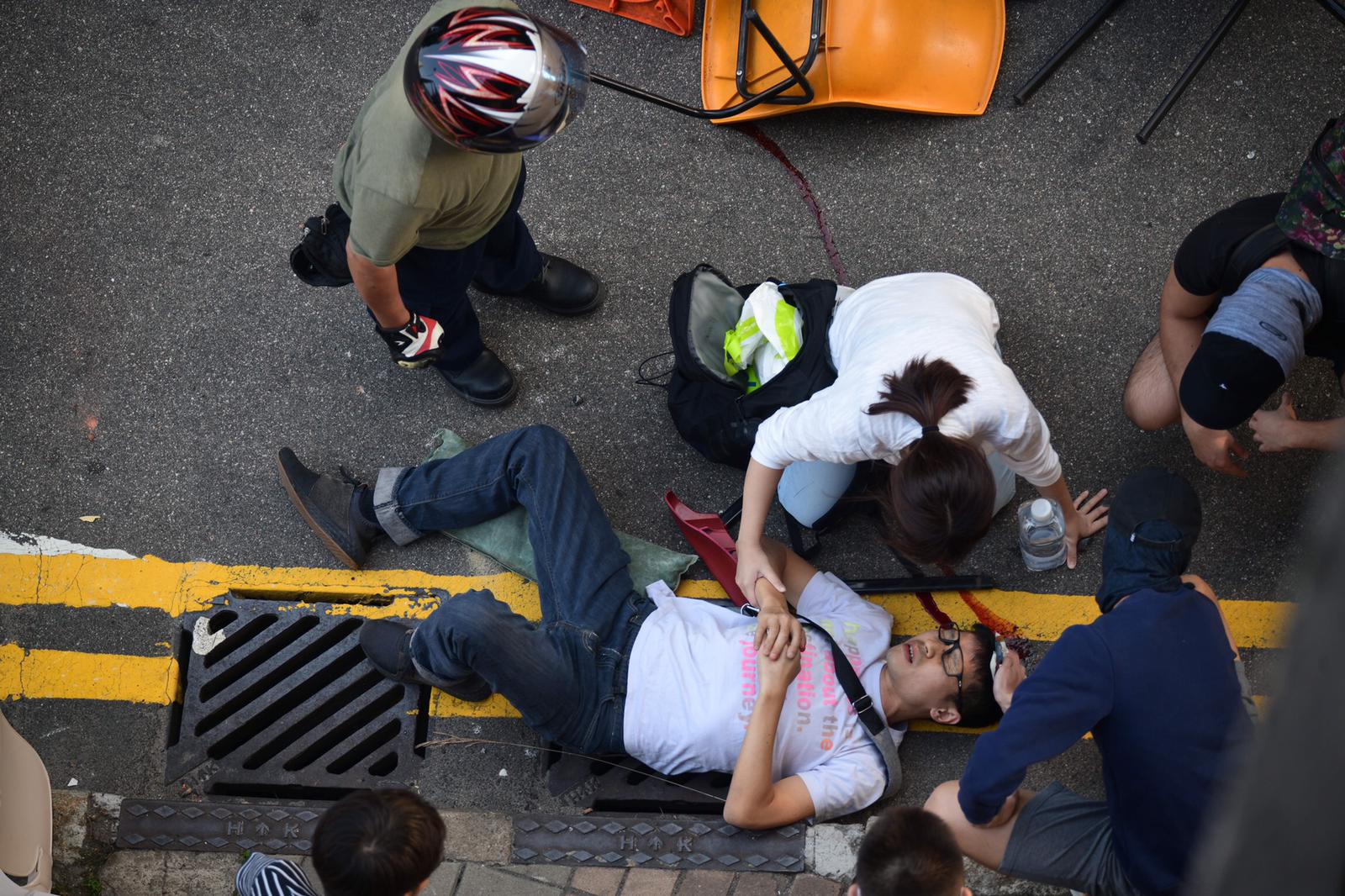 救護車到場為他治理包紮。