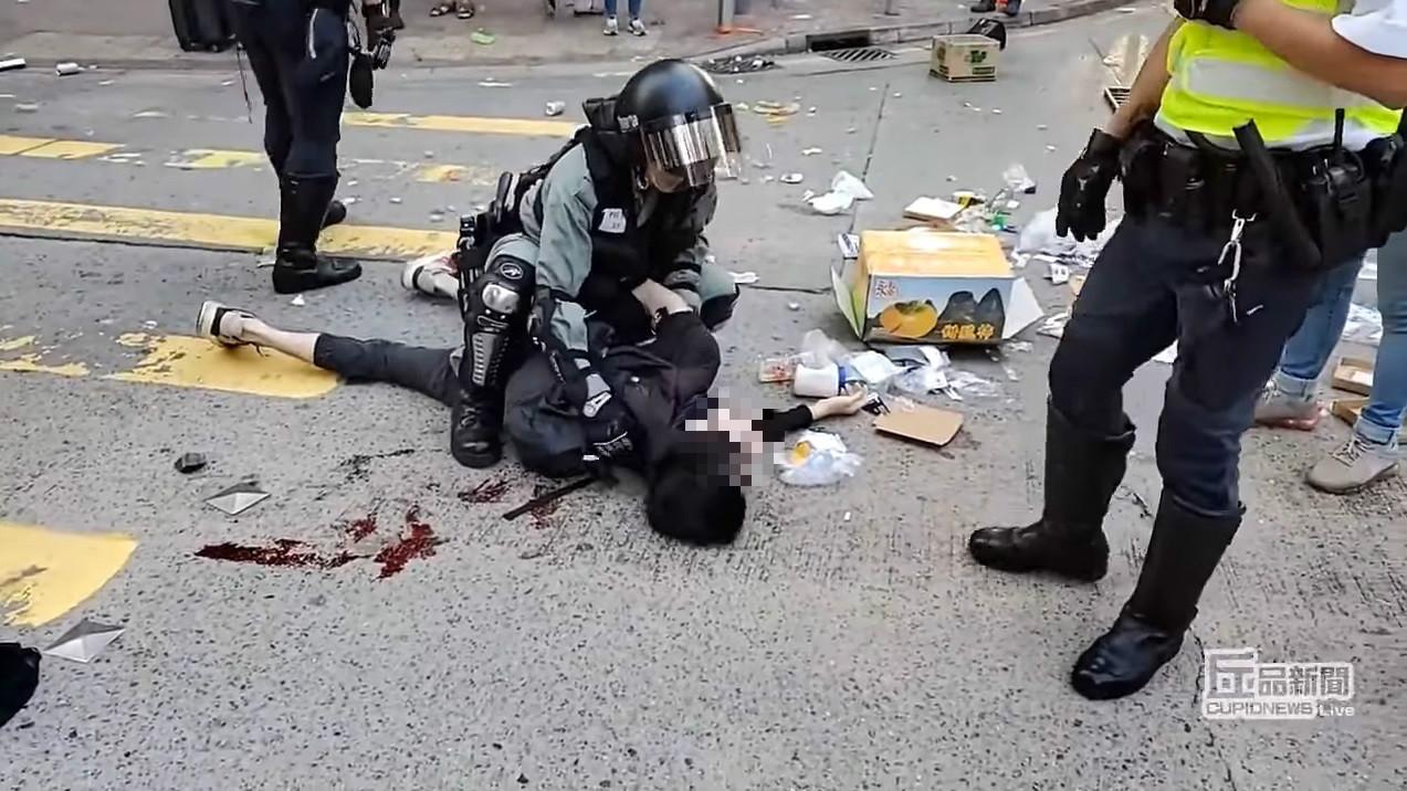 警員為被捕中槍男子綁上索帶。丘品創作影片截圖