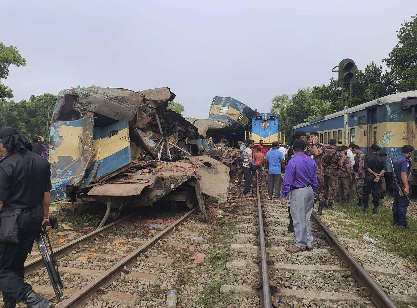 孟加拉发生两列火车迎头相撞事故。