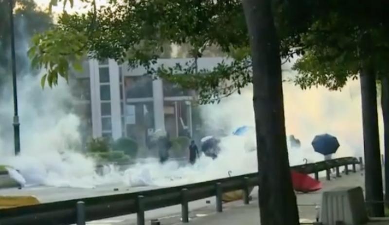 警方施放催淚彈。有線新聞截圖。