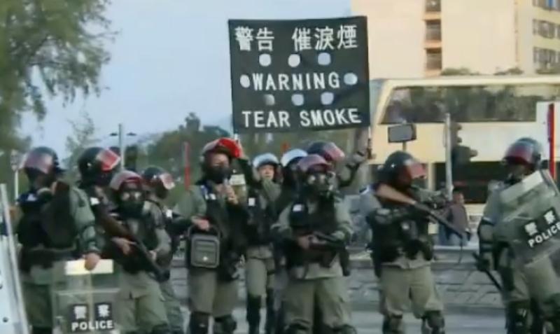 警方舉黑旗。有線新聞截圖。