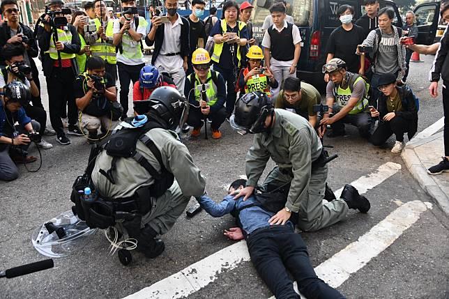 有人昨天發起「全港三罷」,在18區突擊堵路和癱瘓交通,多人被捕。 資料圖片