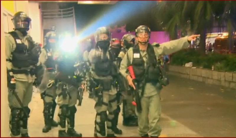 防暴警察手持長槍戒備。有綫新聞截圖
