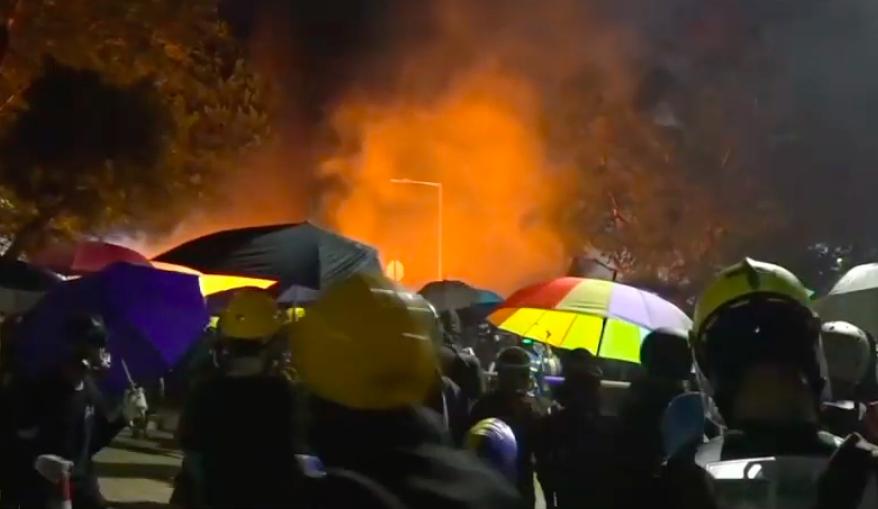 現場起火冒出濃煙。有線新聞截圖。