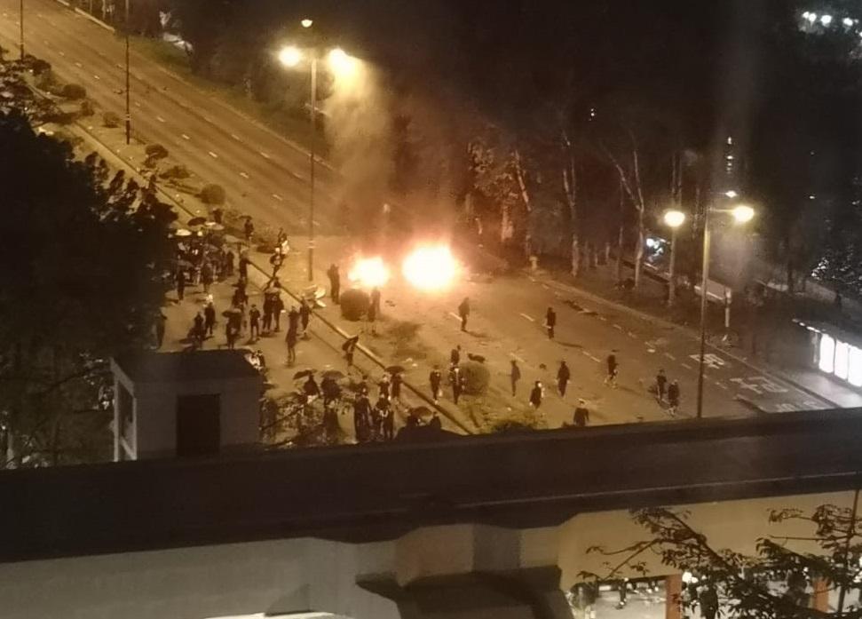 大埔示威者焚燒物品。市民提供