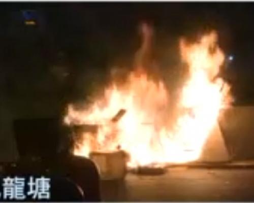 【大三罷】示威者九龍塘堵路破壞交通燈 縱火燒路障