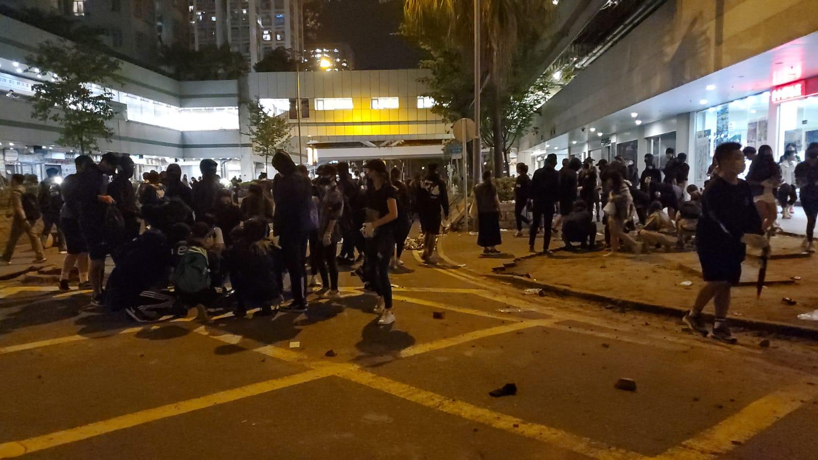 【大三罷】大埔示威者燒貨車掟汽油彈 防暴警再射催淚彈
