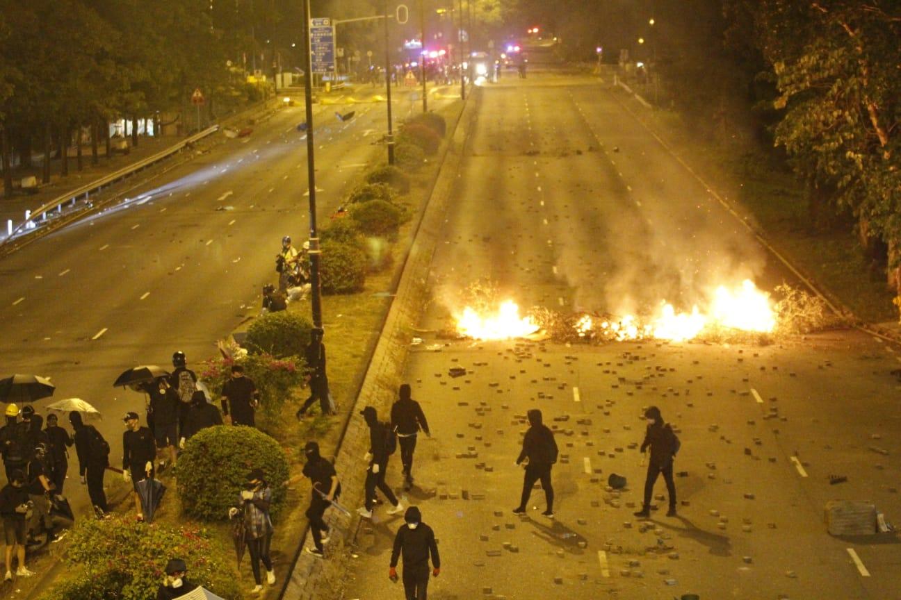 示威者焚燒路障