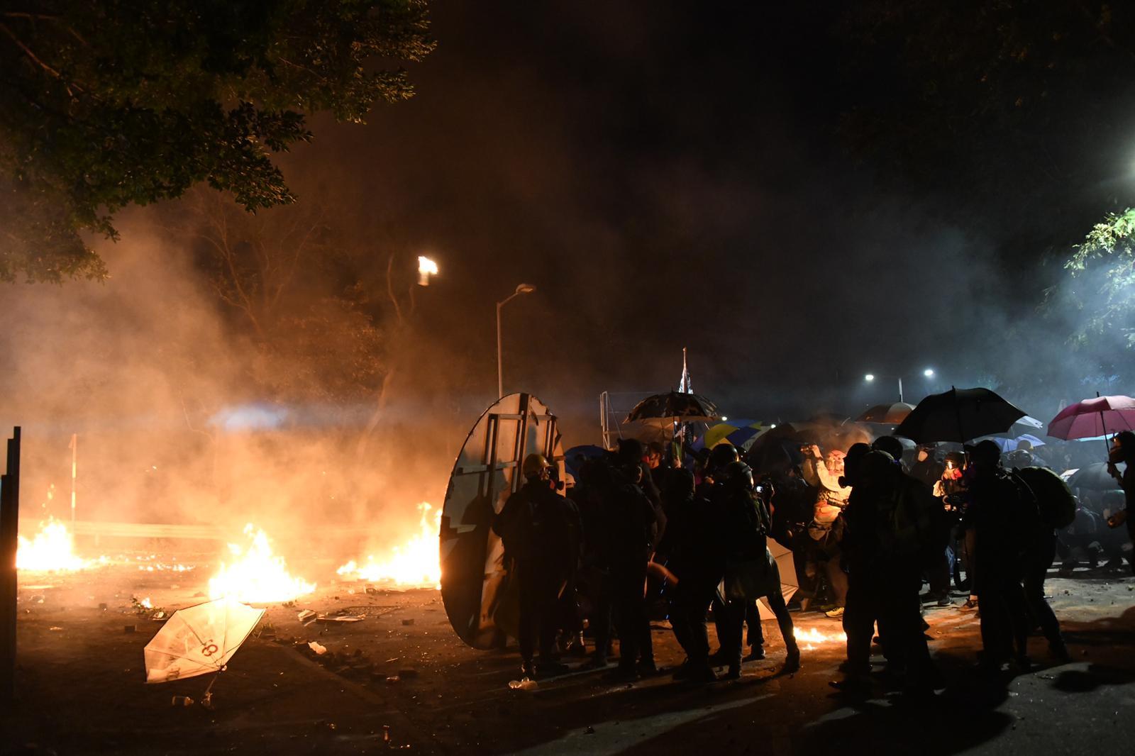 防暴警中大射橡膠子彈催淚彈多人傷 有學生疑頭部中彈倒地昏迷
