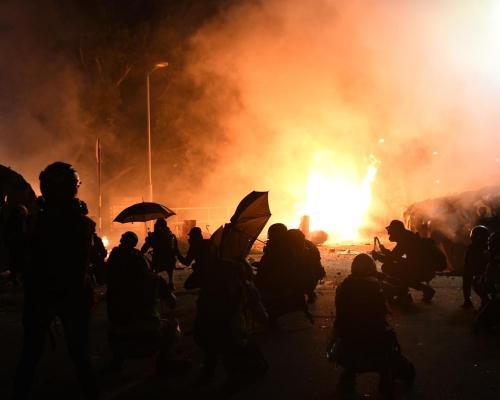 籲示威者退散 中大副校長:警察會離開校園並停放催淚彈