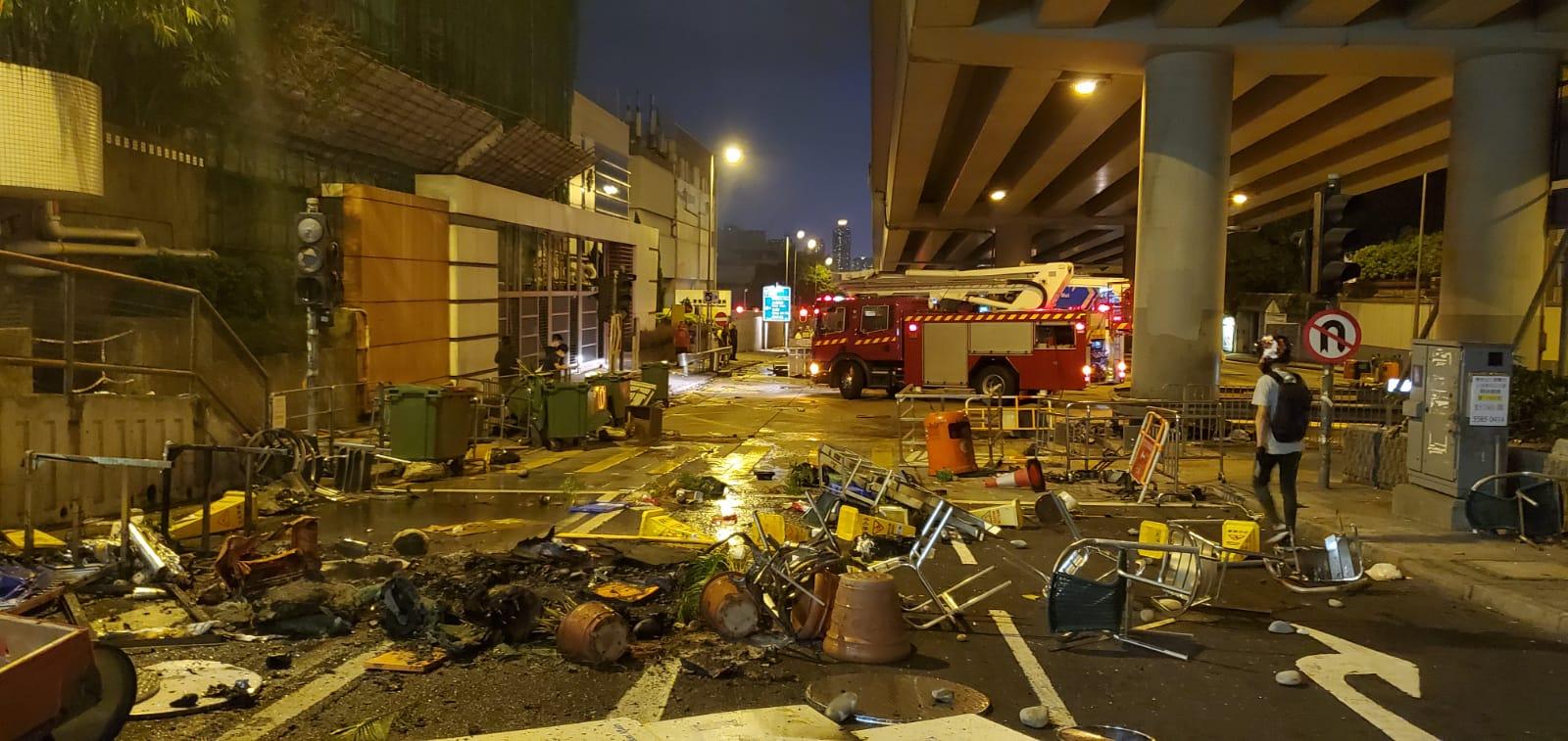 【大三罷】示威者九龍塘堵路縱火 警察近城大發催淚彈