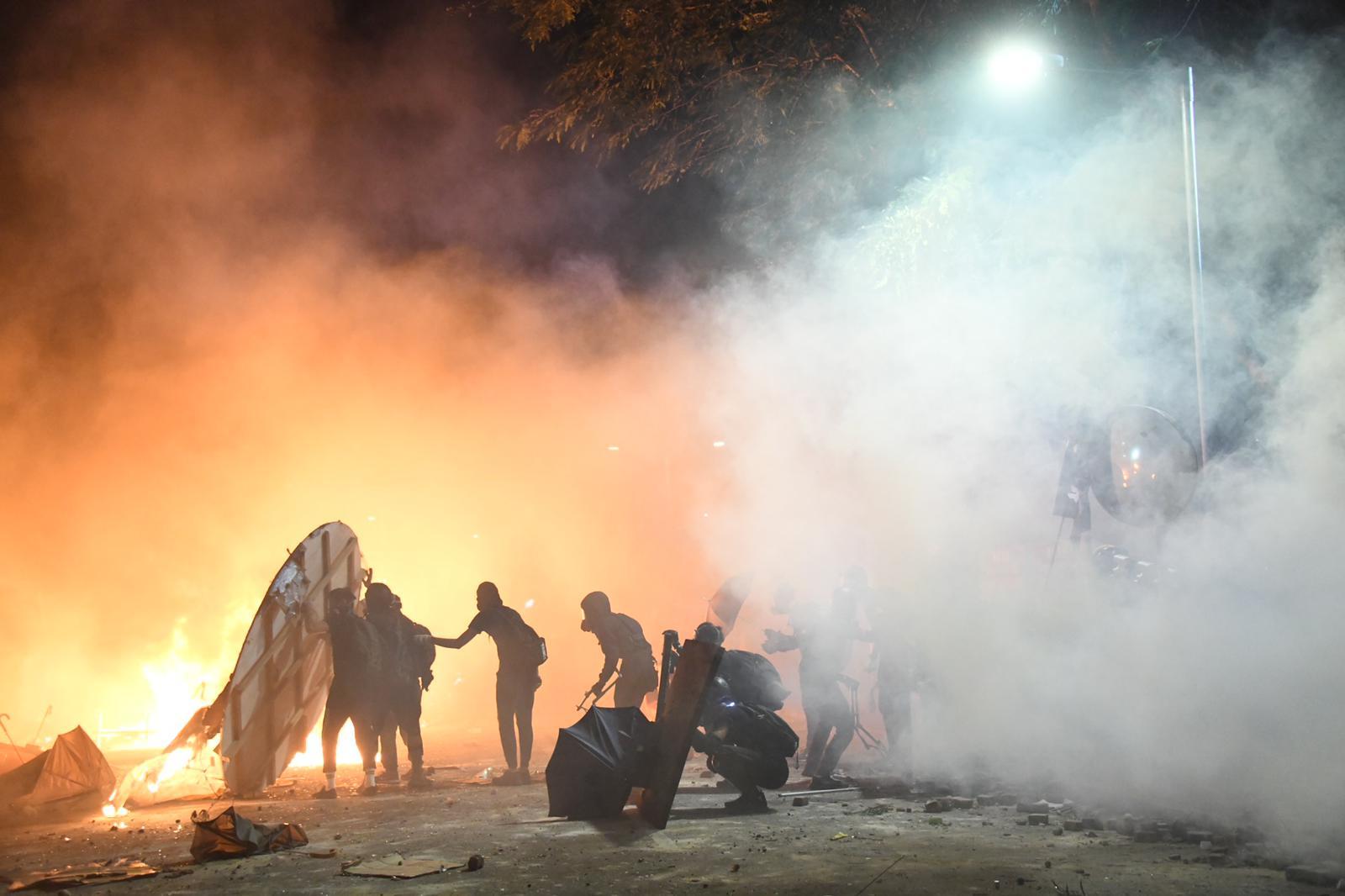 中文大學爆發示威者與警察嚴重衝突。